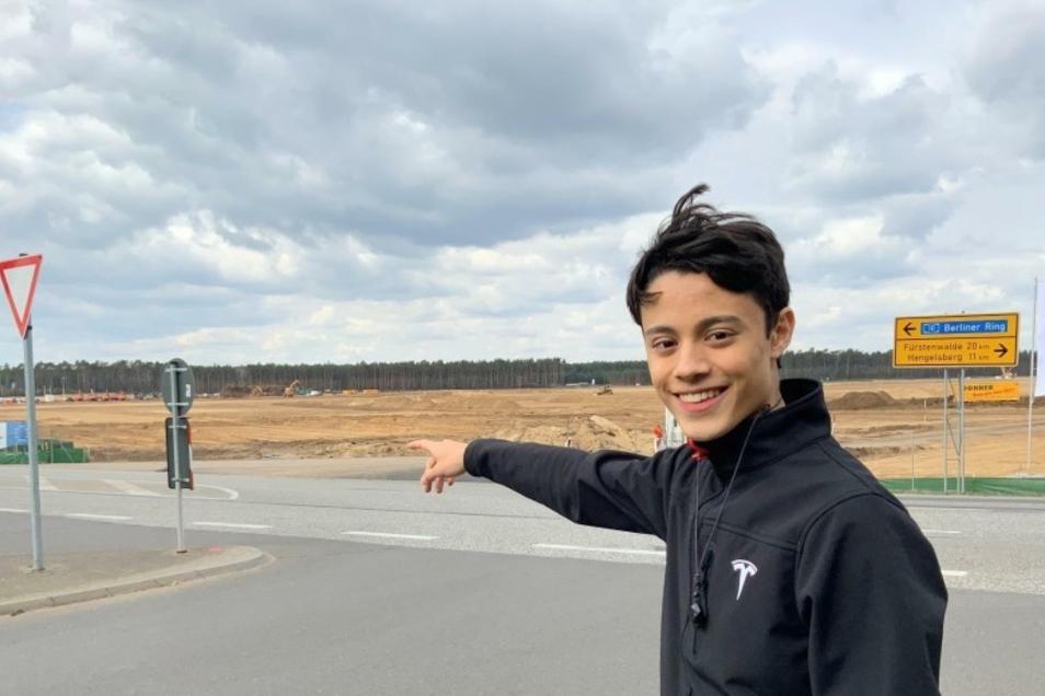 Tesla-Fan: Emil Senkel (17) dokumentiert den Fortschritt auf der Baustelle.