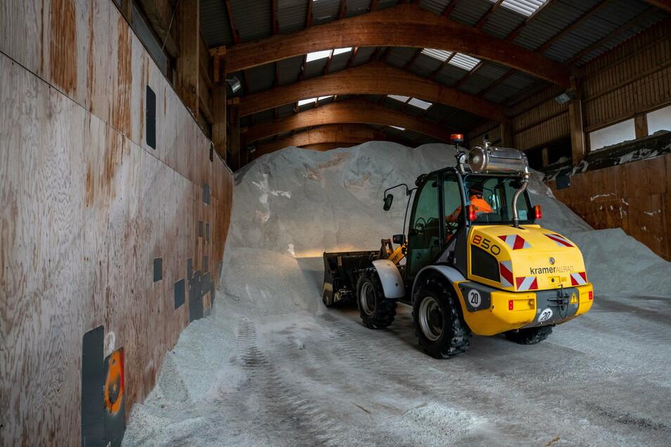 Endlich mal Winter: Im Salzlager der Meisterei Nickern fehlen schon wieder tausend Tonnen. Das meiste wurde seit dem Jahreswechsel verbraucht.