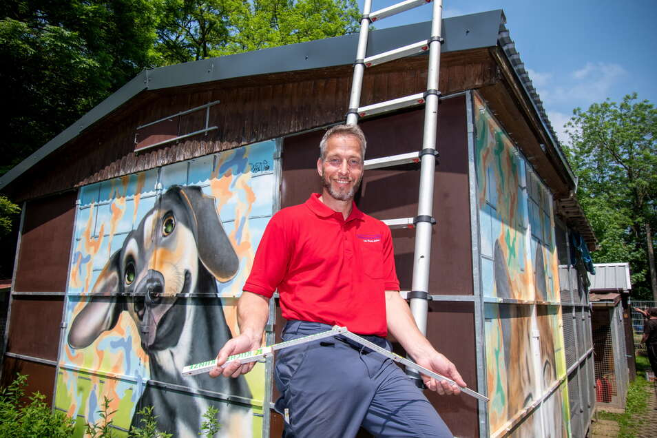 Dachdeckermeister Frank Lohse aus Leisnig hat das Dach eines der Katzenhäuser des Tierheimes am Eichberg erneuert. Eine Rechnung schreibt er dafür nicht. Mit dieser Sachspende unterstützt der Handwerker die Arbeit der Tierschützer.