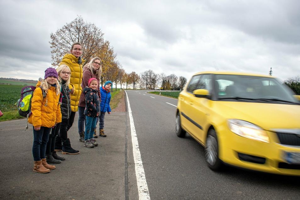 Für Kinder und ältere Menschen ist das Überqueren der Sin Problem, weil die Fahrzeuge 100 Kilometer pro Stunde fahren dürfen.