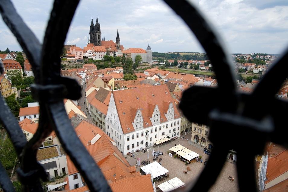 Blick aufs historische Rathaus Meißens von der Frauenkirche aus fotografiert.