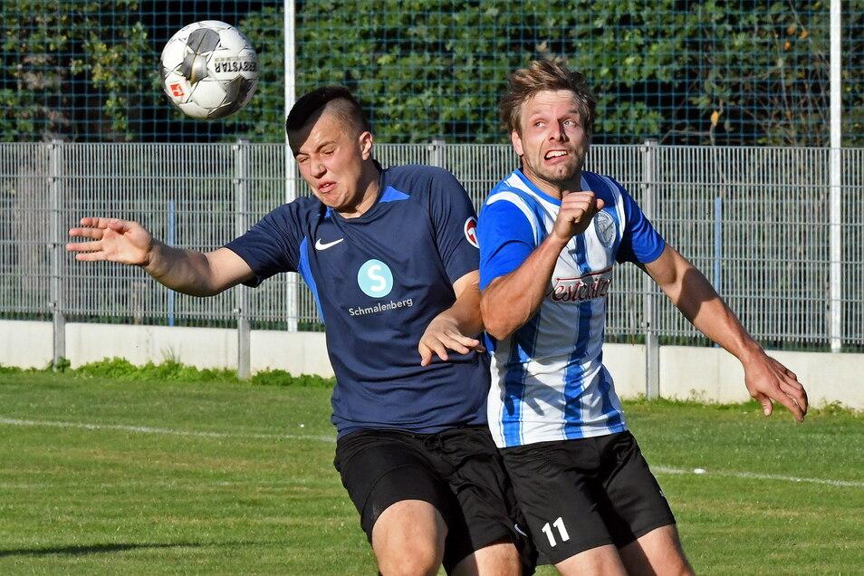 Der SV Medizin Hochweitzschen besiegt den FSV Dürrweitzschen mit 4:1. In dieser Szene kämpfen Medizin-Fußballer Marcel Hanke (rechts) und der Dürrweitzschener Tom Schneiderheinze um den Ball.