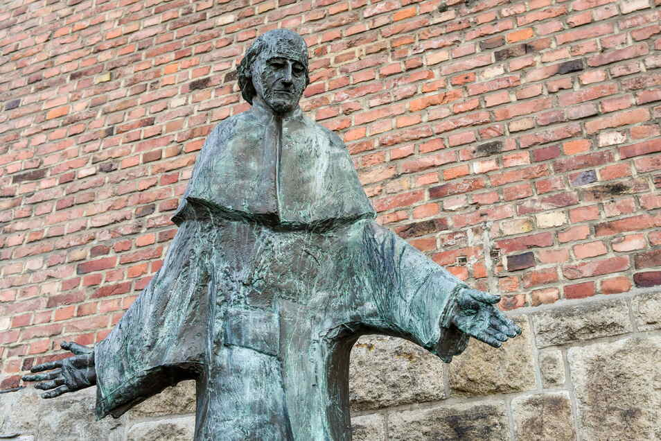 Der erst 1963 heiliggesprochene Vinzenz Pallotti ist der Namensgeber des Pallottiner-Ordens. Diese Statue steht vor der Sankt-Marien-Kirche in Limburg.