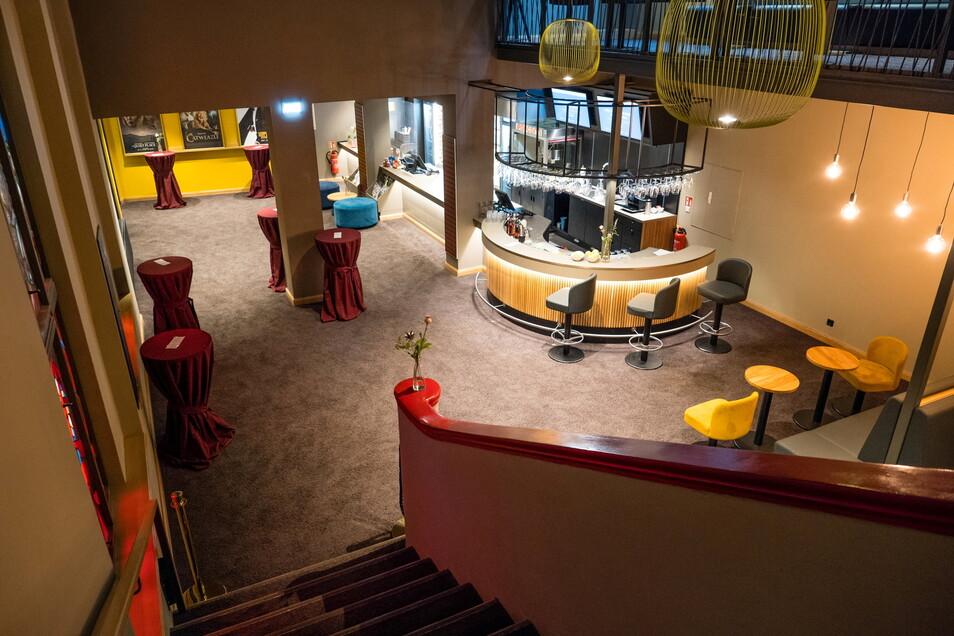 Blick von oben ins großzügiger gestaltete Foyer des Palast-Theaters.