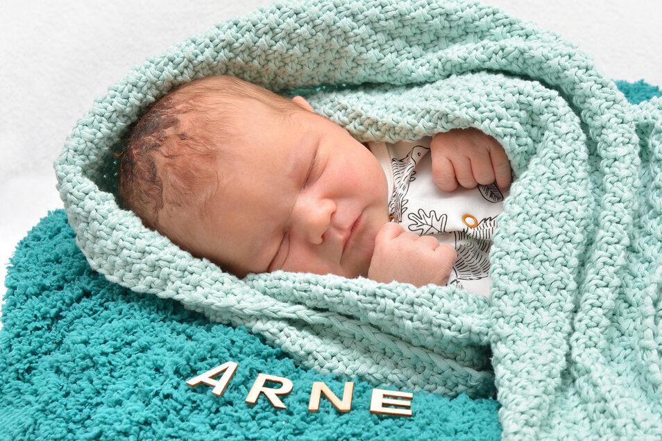Arne Neumann, geboren am 8. März, Geburtsort: Städtisches Krankenhaus Dresden-Neustadt, Gewicht: 4.470 Gramm, Größe: 54 Zentimeter, Eltern: Lisa Roitzsch und Maik Neumann, Wohnort: Ottendorf-Okrilla