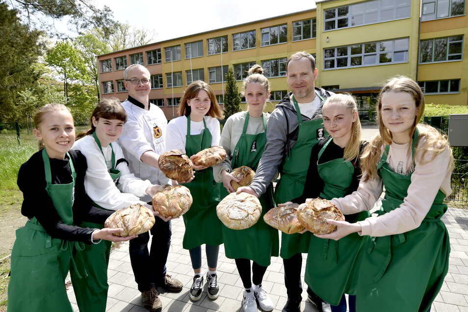 Schülerinnen haben im Hauswirtschaftsraum der Oberschule in Ottendorf-Okrilla ihr erstes Brot gebacken und dabei Bäckermeister Marlon Gnauck (3.v.li.) über die Schulter geschaut. Er war via Internet live zu sehen.