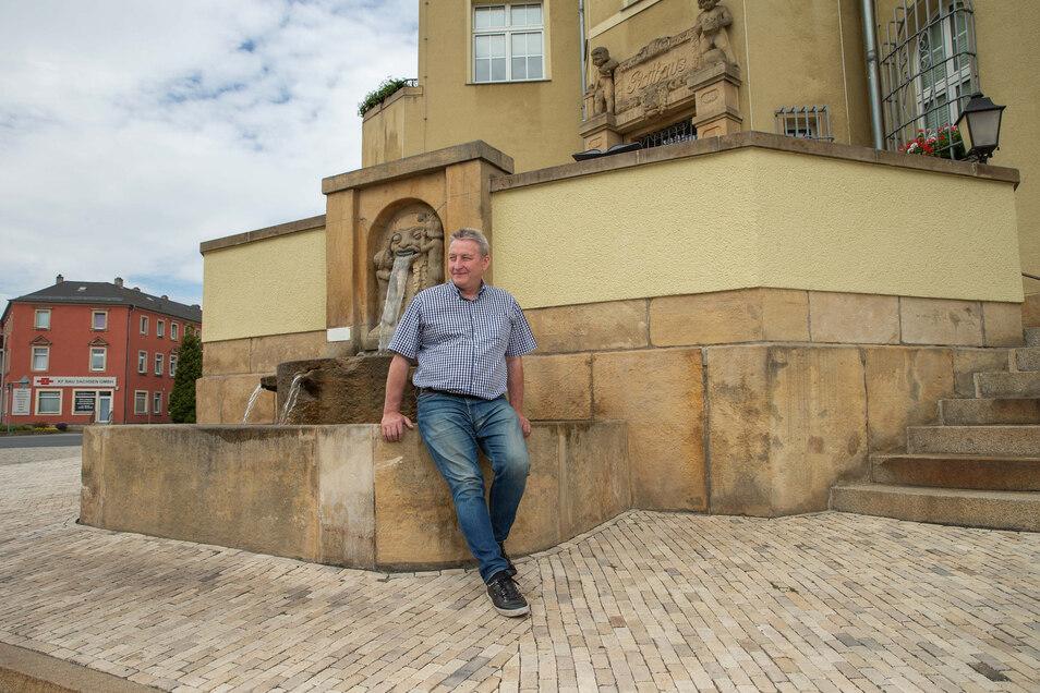 Uwe Dressler (parteilos) vor dem Rathaus in Heidenau. Der ehemalige CDU-Lokalpolitiker will sich für das Bürgermeisteramt in Heidenau bewerben.
