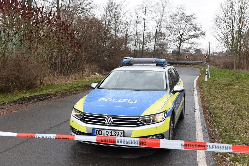 In einem Grünstreifen mit Bäumen und Sträuchern ist am Dienstag zwischen der Staatsstraße und der Dorfstraße im Mürgelner Ortsteil Niedergoseln die Leiche eines Säuglings entdeckt worden.