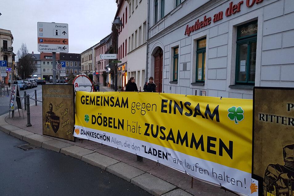 Vor der Apotheke an der Oberbrücke hat Sven Weißflog ein Banner angebracht, das den Döbelnern Mut machen soll. Foto: Dietmar Thomas