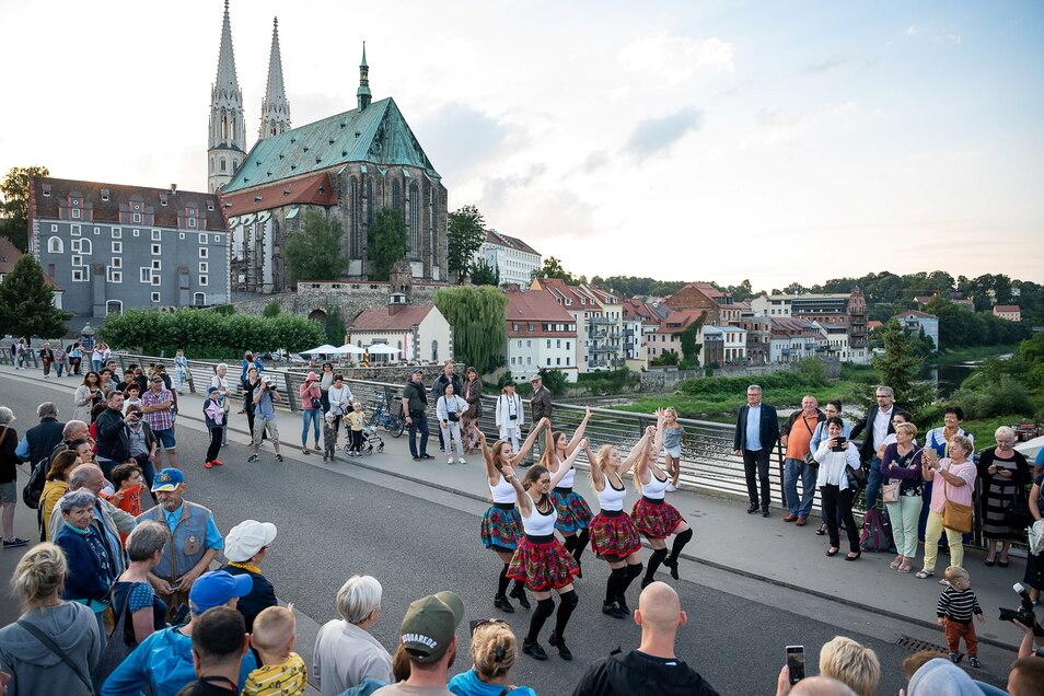 Auch eine polnische Cheerleader-Tanzgruppe tanzt bei der Auftaktveranstaltung des Oberlausitztages auf der Altstadtbrücke.