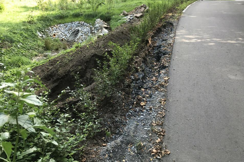 Ausspülung am Straßenbankett im Radebeuler Rietzschkegrund Radebeul. Der Schaden am neuen Straßenrand ist inzwischen wieder behoben.
