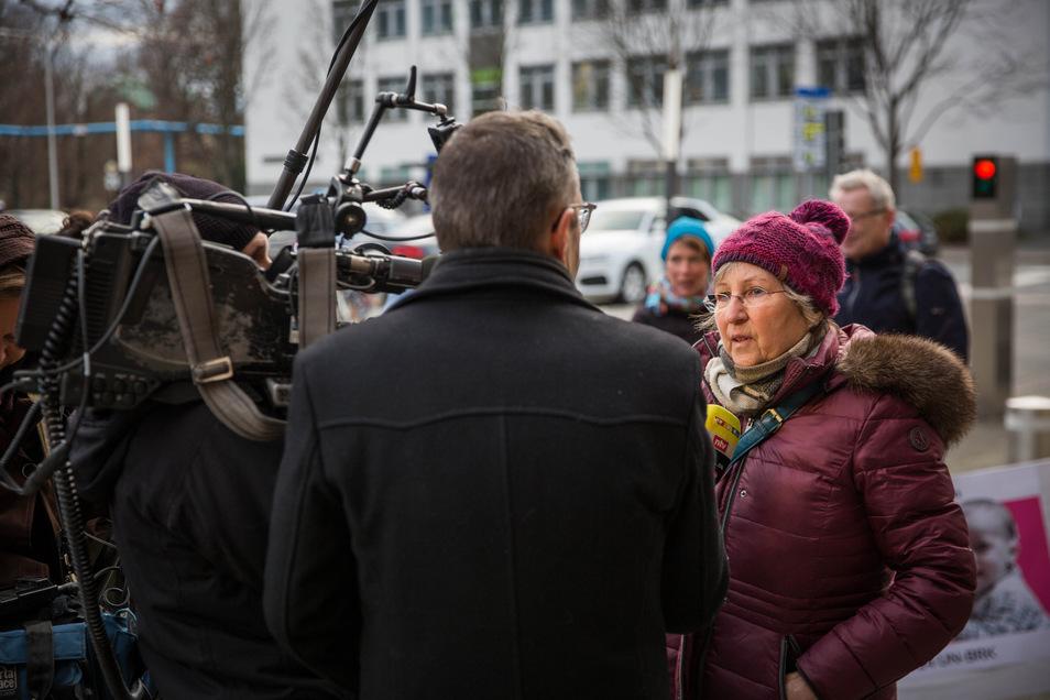 Vorm Treffen mit Ministerpräsident Michael Kretschmer im Januar erklärte Gerlinde Fröhling vorm Landtag in Dresden mehreren Fernsehsendern, wofür sie kämpft: ein gleichberechtigtes Leben für ihre gehörlose Enkelin.
