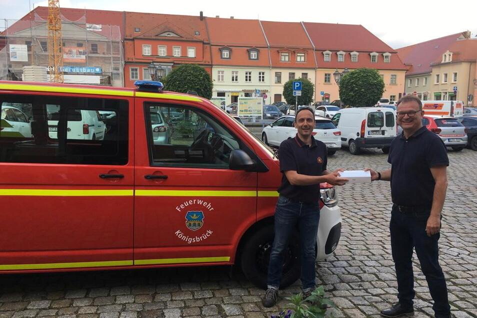 Königsbrücks Bürgermeister Heiko Driesnack (r.) überreichte dem Feuerwehrchef zum neuen Auto auch gleich noch ein I-Pad.