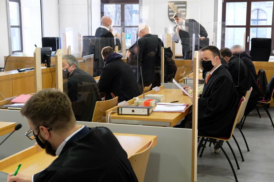 Die Angeklagten und ihre Anwälte sitzen in einem Saal des Landgerichtes Chemnitz.