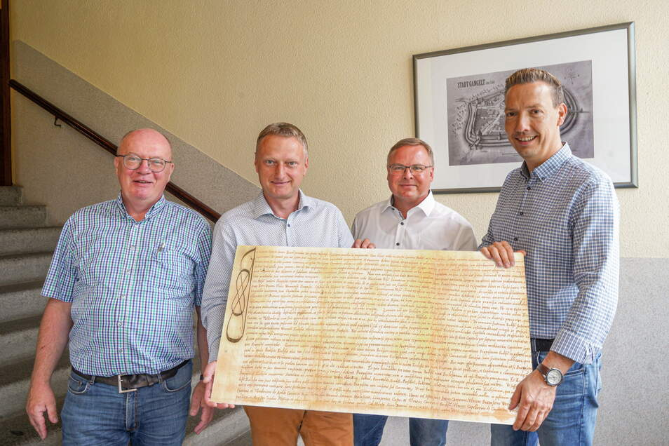 Fünf Orte, eine Urkunde: Die Bürgermeister Thomas Martolock, Hagen Israel, Jens Zeiler und Michael Herfort (v. l.) zeigen eine Kopie der Urkunde, in der ihre Kommunen erstmals erwähnt wurden. Hochkirchs Bürgermeister fehlt auf dem Foto.