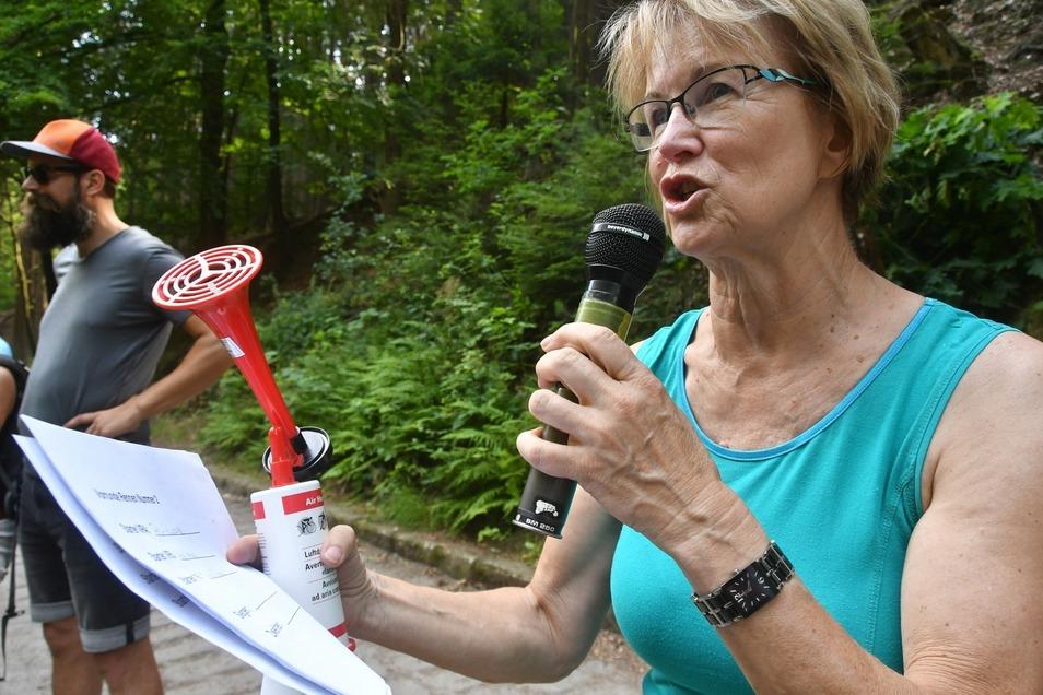 Alles im Griff hat Christiane Meck – Ruderer, Mikrofon und Starttröte.