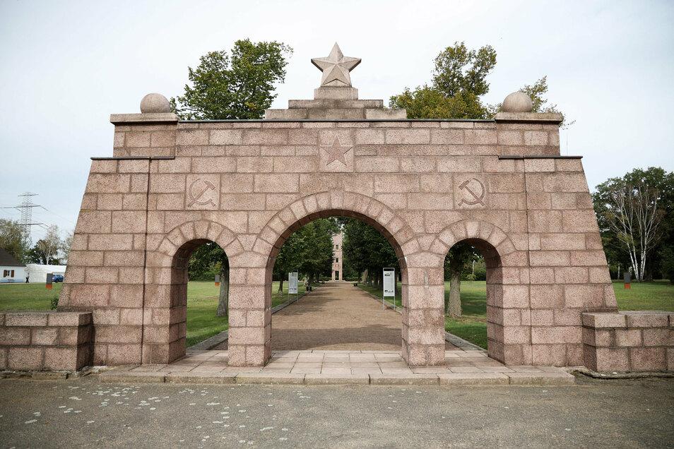 Die Gedenkstätte Ehrenhain Zeithain bleibt jetzt zu. Sie hat ihren Sitz am sowjetischen Friedhof in Zeithain, der sich unweit der Aral-Tankstelle an der B 169 befindet.