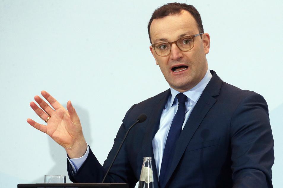 Bundesgesundheitsminister Jens Spahn (CDU) konstatiert, die Dynamik des Infektionsgeschehens habe sich in den vergangenen Tagen deutlich reduziert.