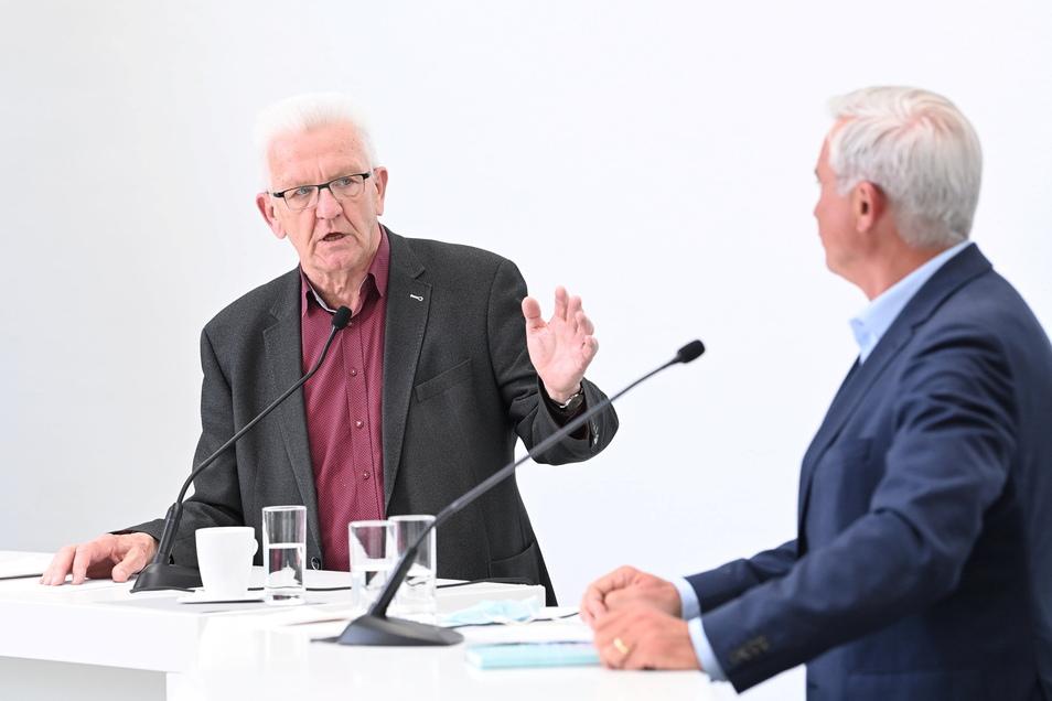Winfried Kretschmann (l, Bündnis 90/Die Grünen), Ministerpräsident von Baden-Württemberg und Thomas Strobl (r, CDU), Innenminister von Baden-Württemberg sprechen über die Fortsetzung der Koalition von Grünen und CDU.