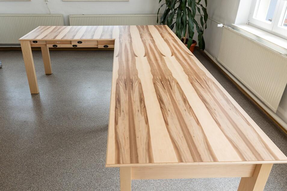 In vier Etappen lässt sich der Tisch verlängern. 14 Leute finden dann daran Platz.