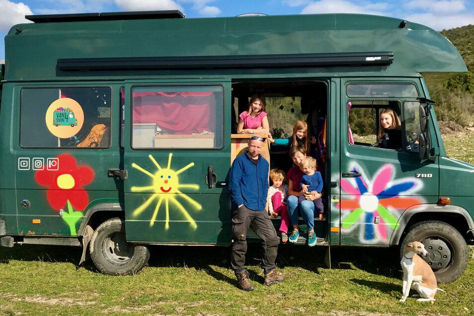 Tino und Verena Pätzold reisen mit ihren fünf Kindern Lena (14), Anne (12), Julie (9), Madita (4) und Kalle (2) sowie Hund Eddy (5) in einem alten Polizei-Bus.