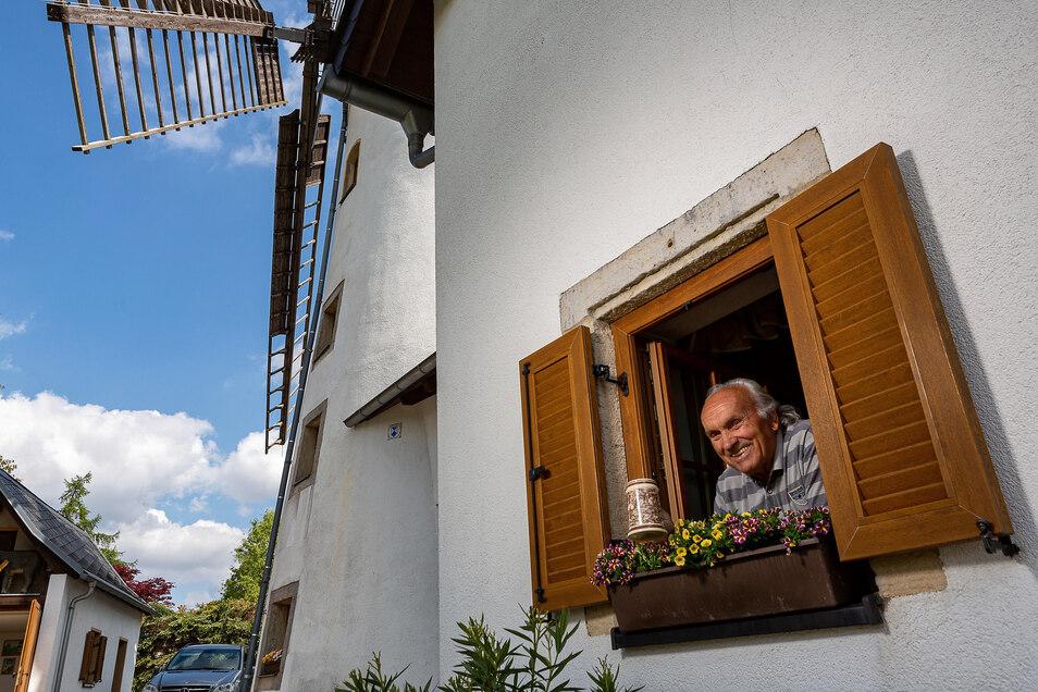 Aus diesem Fenster sollen zum Mühlentag Getränke an Besucher verkauft werden. Betreiber Werner Thümmel will auch einige Bänke und den Grill aufstellen.