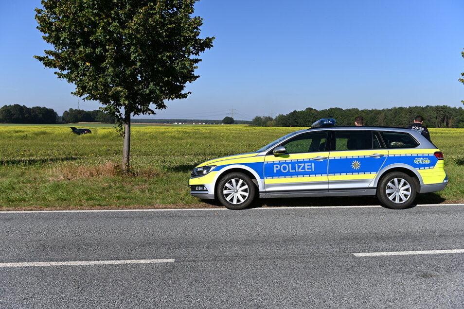 Am Sonntagmittag wollten Polizeibeamte den Audi-Fahrer kontrollieren und konnten ihn wenig später in einem Feld stellen.