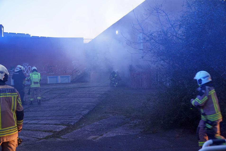 Weil Qualm aus einem Keller drang, rückten am Dienstagabend zahlreiche Feuerwehrleute in den Bautzener Stadtteil Gesundbrunnen aus.