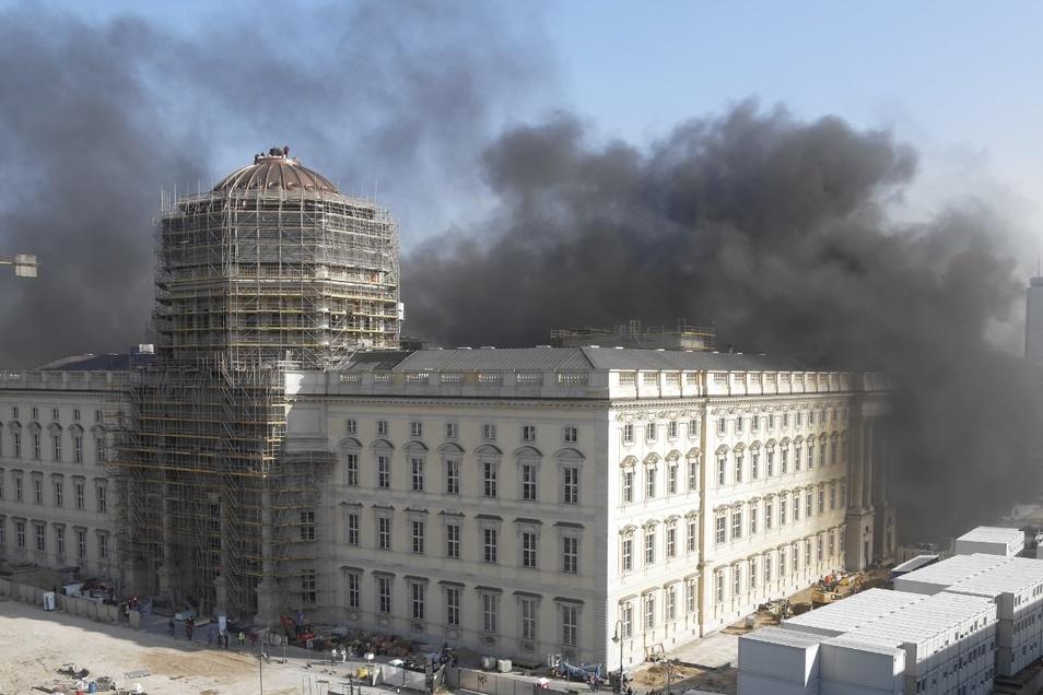 Durch die Explosion war das Humboldt Forum in schwarzen Rauch gehüllt.