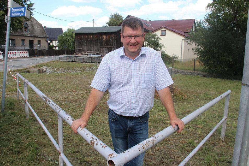 Wo eins ein verschlammter Teich war, entsteht derzeit im Großdubrauer Ortsteil Brehmen ein neuer Treffpunkt. Bürgermeister Lutz Mörbe setzt dabei auch auf Impulse der Einwohner.