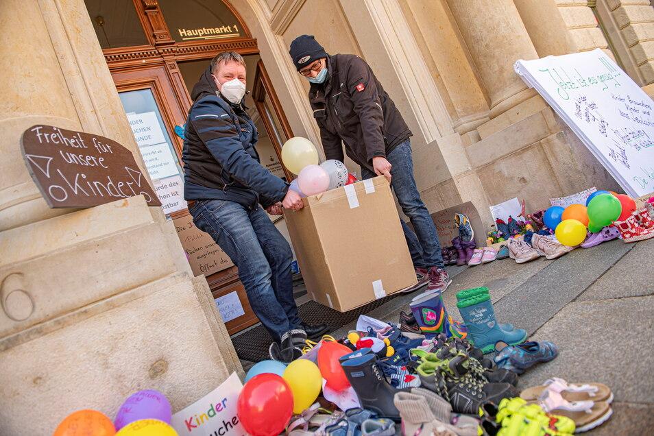 Gemeinsam angepackt: Großenhains OB Sven Mißbach und Hausmeister Sven Ludwig packten am Montagmittag fünf Kisten voller Schuhe und schafften diese ins Kultusministerium nach Dresden.