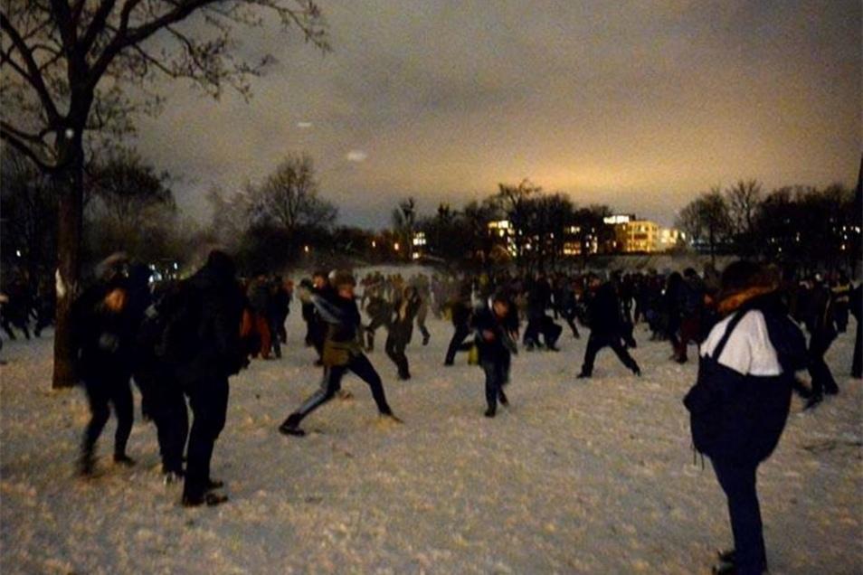 Viele Schneeballwerfer kamen in sportlicher Kleidung, manche Passanten schauten dem Schmeißen skeptisch zu.