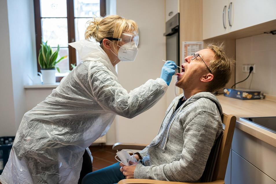 Mitarbeiterin Juliane Eichler führt einen Corona-Schnelltest bei SZ-Fotografen Paul Glaser im AWO-Pflegeheim an der Krölstraße durch. Nur mit ihm ging es zu der ältesten Görlitzerin.