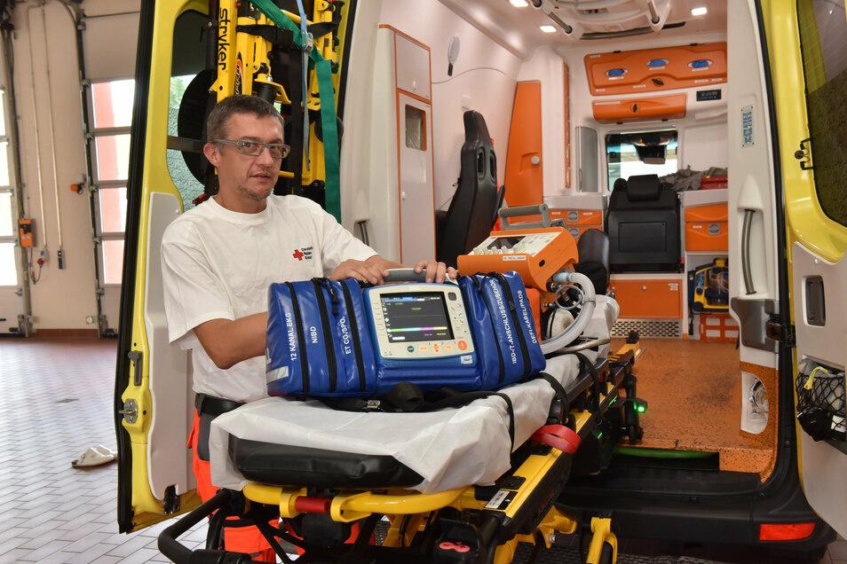 Vor jedem Dienstantritt wird der Rettungswagen durchgecheckt. Hier prüft Rettungsassistent Robert Rudolph das tragbare EKG-Gerät auf Einsatzbereitschaft.