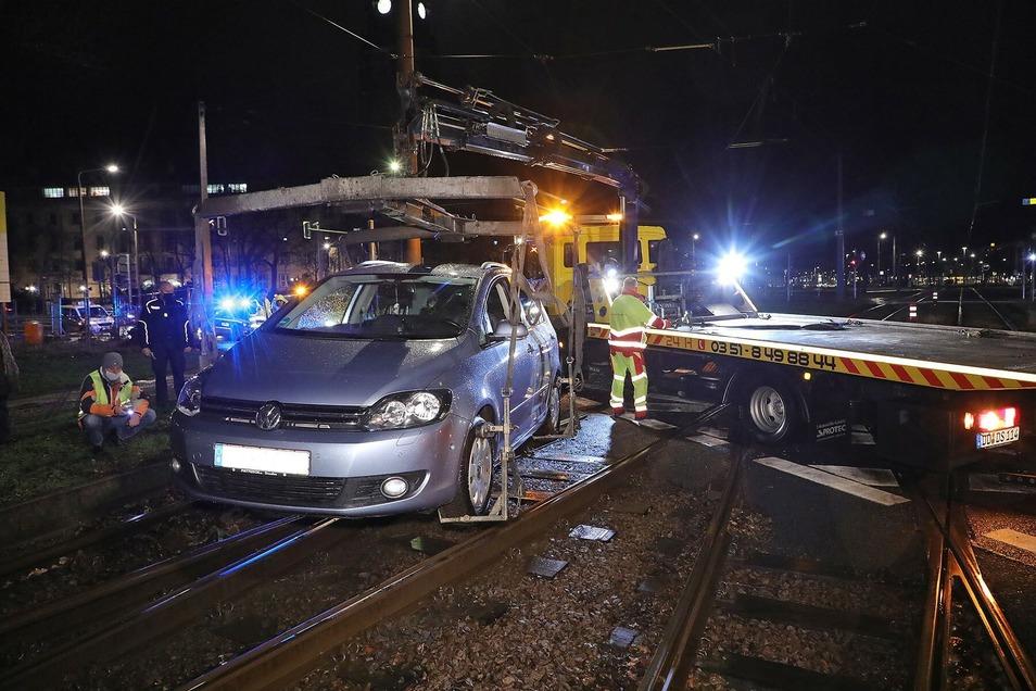 Von alleine ging nichts mehr: Die Fahrerin hatte sich im Gleis verfangen, für Straßenbahnen gab es kein Durchkommen mehr.