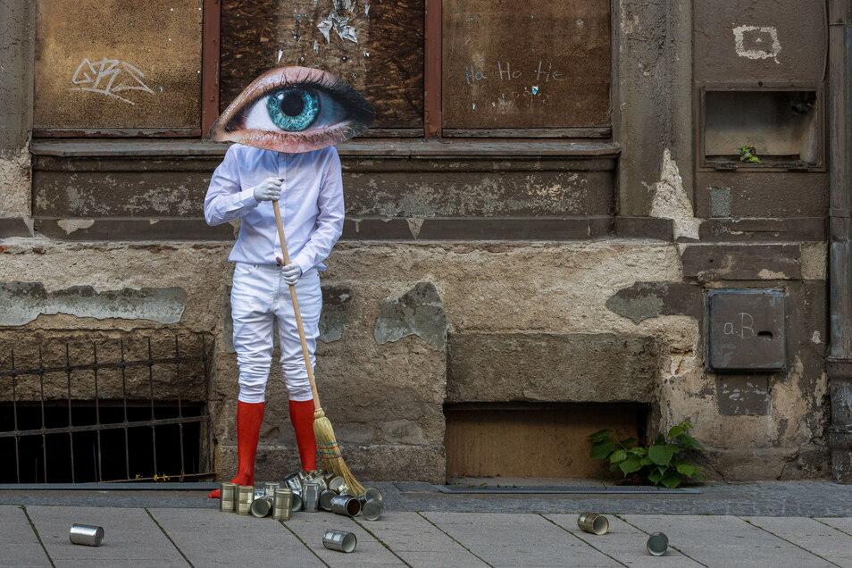 Performance-Kunst im Schaufenster während des Streifen-Festivals im Mai 2021 auf der  Berliner Straße in Görlitz.