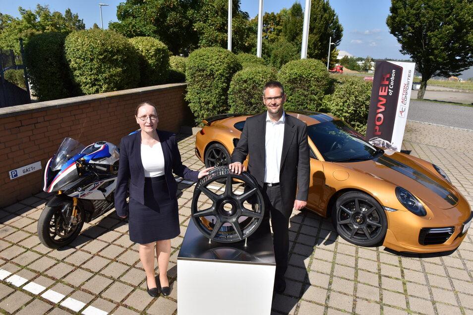 Mit Rädern aus Carbonfasern will die Firma Action Composites in Kesselsdorf durchstarten. Miteigentümerin Christine Beuleke und Geschäftsführer Jens Werner.