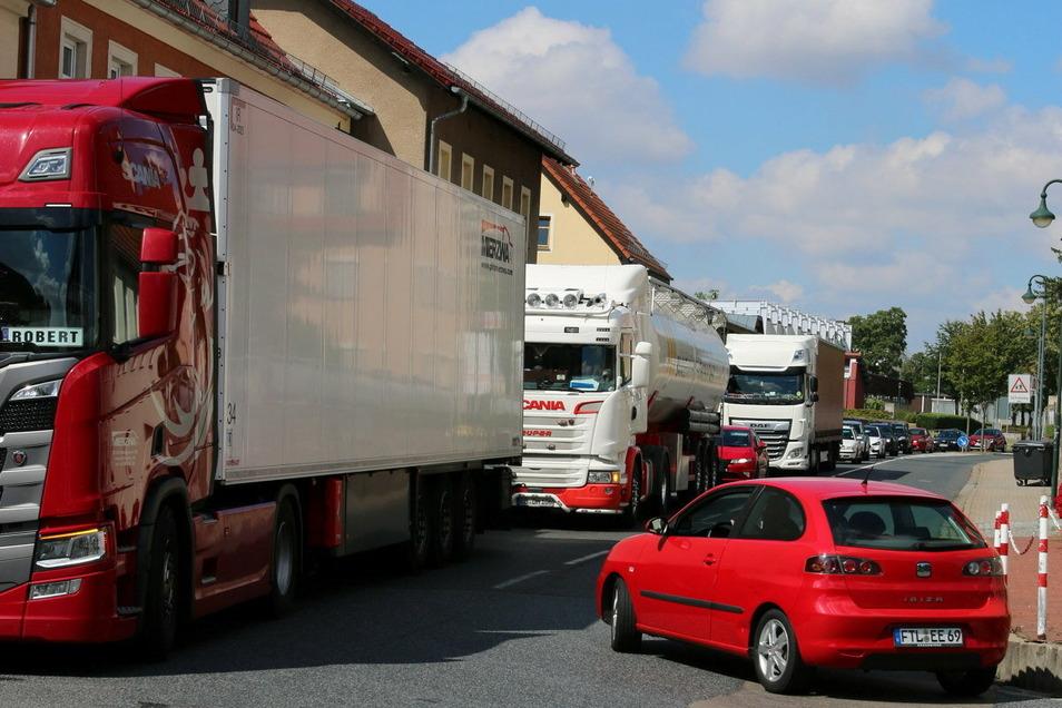 Wenn Stau auf der Autobahn ist, quälen sich Lkws in Massen durch Wilsdruff.
