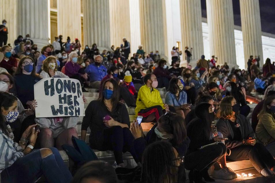 In Gedenken an Ruth Bader Ginsburg versammeln sich Menschen auf der Treppe des Supreme Court.