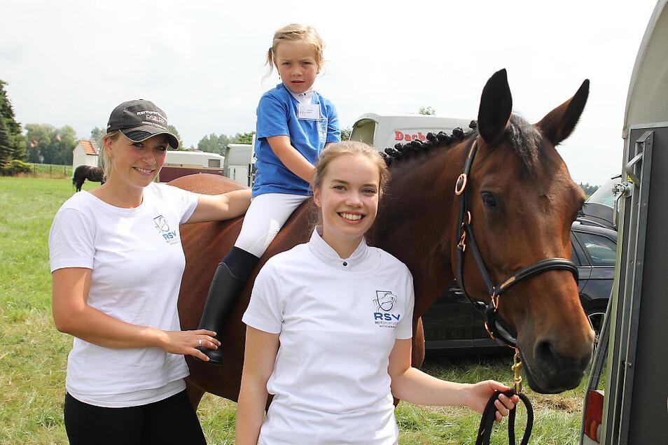 """Auf dem Pferd (""""Isabell"""") die jüngste Reiterin des 50. RSV-Turniers in Wittichenau: Lena Altenkamp (5). Mutter Ellen Schmole (links) und Pferdebesitzerin Josephine Paulick haben allen Grund, auf diese Nachwuchshoffnung stolz zu sein."""