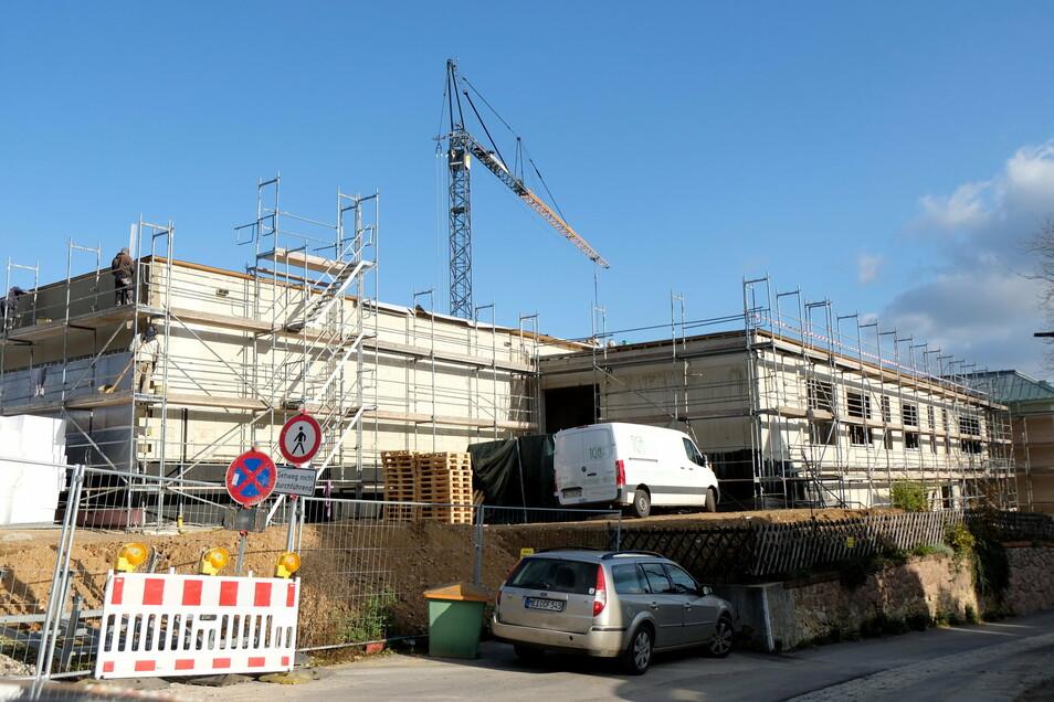 Um die Grundschule auf dem Questenberg erweitern zu können, wird parallel zur Sanierung des bestehenden Schulhauses ein weiteres Schulgebäude neu gebaut. Dabei ist es zu erheblichen Verzögerungen gekommen.