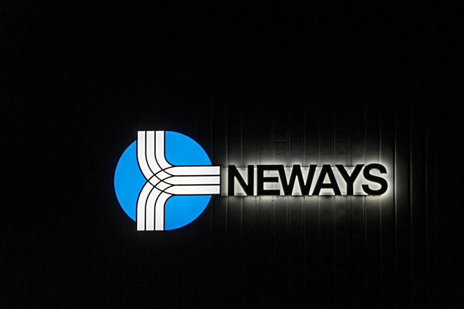 Das Logo von Neways Electronics in Riesa am Firmensitz Bayern und Sachsen Straße 1 in der Nacht.
