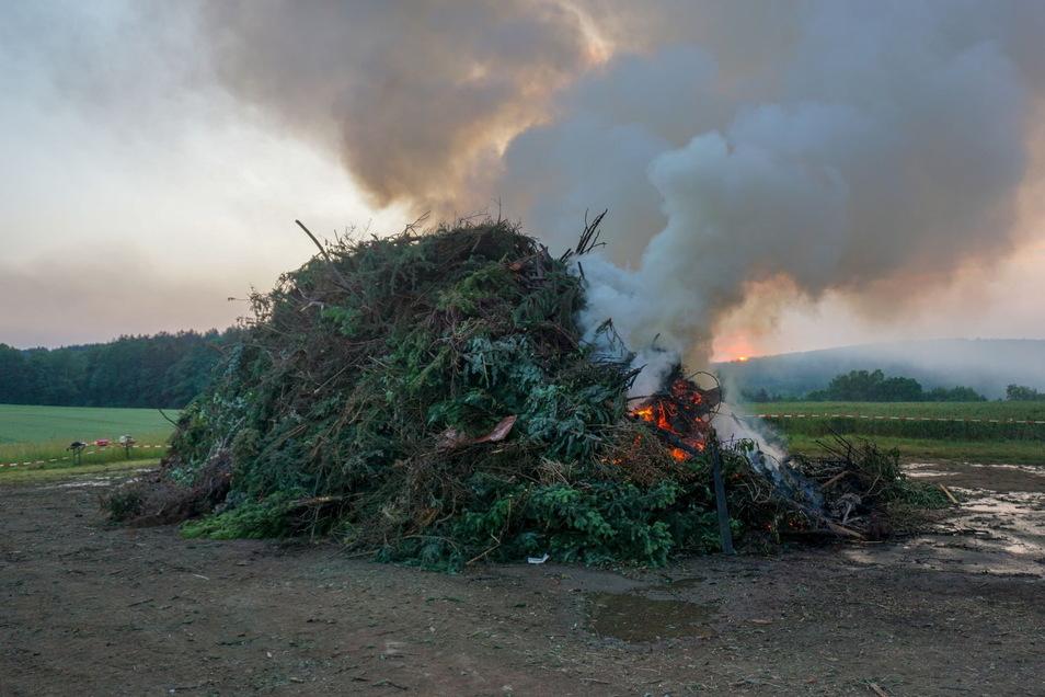 Um das Feuer zu entfachen, sollte eine Mischung aus Diesel und Öl verwendet werden. Ein 20-Jähriger habe aber wohl nach einem falschen Kanister gegriffen und reines Benzin ins Feuer gekippt.