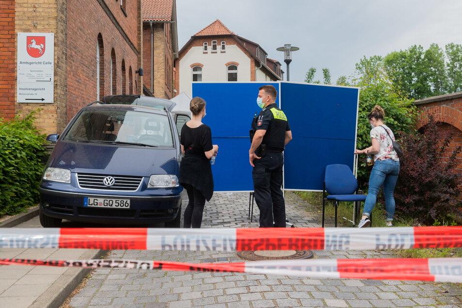 : Polizisten stehen im Eingangsbereich des Amtsgerichts Celle.