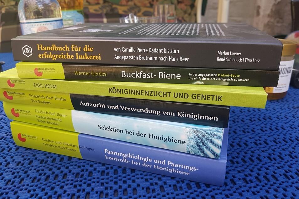 Fachliteratur übers Imkern gibt es reichlich. Von diesen Büchern hier kommt für den Anfänger aber wohl nur das oberste infrage.
