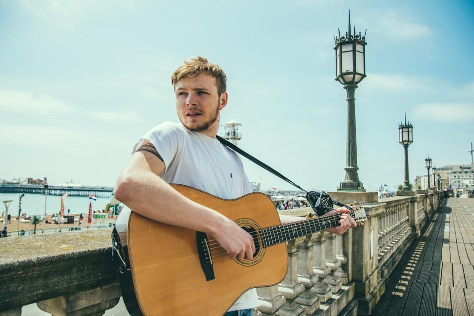 Thom Artway gehört zu den bekanntesten Singer-Songwritern aus Tschechien. Der Straßenmusiker hat sich in den letzten Jahren hinauf auf die großen Bühnen gespielt.