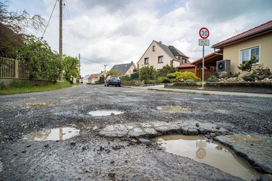 Lädt nicht gerade zum Rasen ein - wird aber dennoch vom Schleichverkehr zügig durchfahren: die Dr.-Rudolf-Friedrichs-Straße im Ortsteil Poppitz. Anwohner hoffen seit Jahren auf einen Ausbau.
