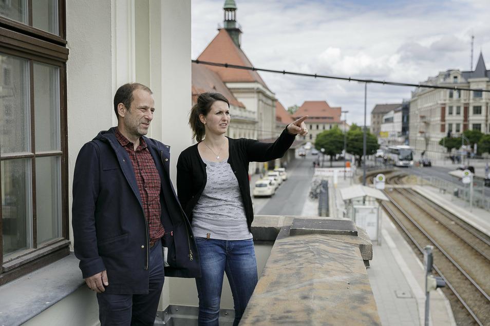 Advita-Marketing-Chef Uli Schuppach und die Leiterin der Görlitzer Niederlassung Anne Krems stehen auf einem der wenigen Balkone an der Straßenseite.