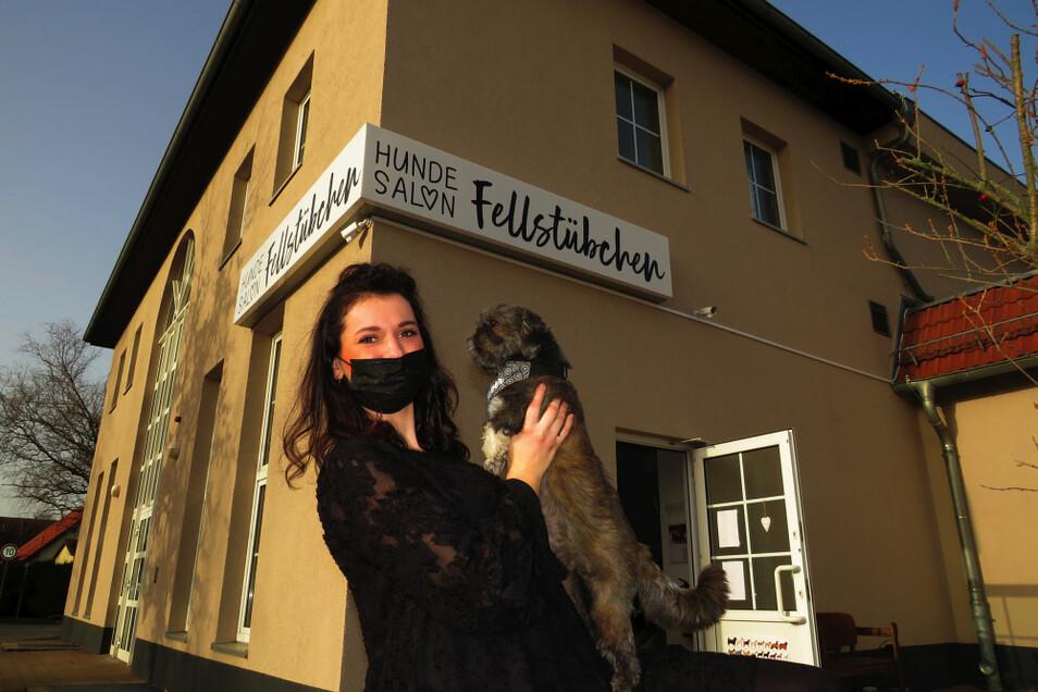 Nikolett Panthel, im Bild zu sehen mit ihrem Hund Pyper, freut sich, wieder arbeiten zu dürfen, freilich unter bestimmten Bedingungen. Da ist auch das Verständnis der Kundschaft gefragt.