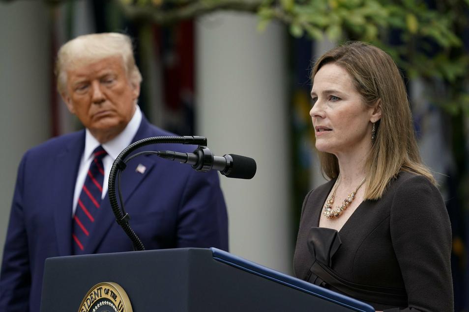26.09.2020, USA, Washington: Richterin Amy Coney Barrett und Donald Trump sprechen auf einer Pressekonferenz im Rosengarten des Weißen Hauses. Trump hat die konservative Juristin für den freien Sitz am Obersten Gericht der USA nominiert.